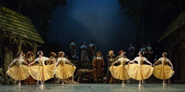 Staatsballett, Giselle, Corps de ballet beim lustigen Tanz, Foto Yan Revazov