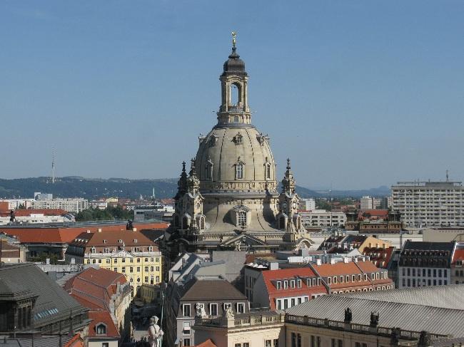 Blick über neue Dächer auf die Frauenkirche