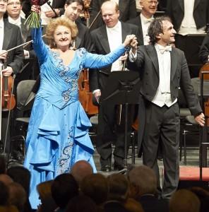 Die Jubilarin mit ihrem Dirigenten Marco Armiliato
