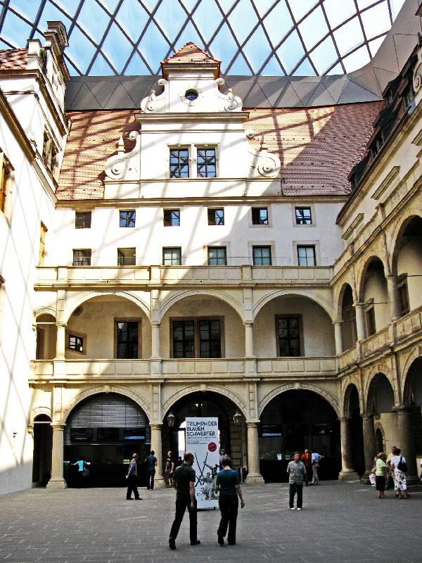Schlosshof mit dem Glasdach von Peter Kulka