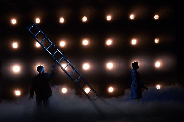 Adam's Passion, Michalis Theophanous, Adam mit der Leiter, Foto Kristian Kruuser  Kaupo Kikkas