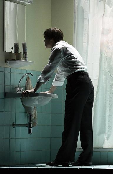 Katerina Hebelková als händewaschender Orpheus.  Foto: Rainer Muranyi