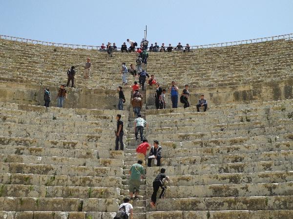 00Jerash, Jugendliche im römischen Amphitheater