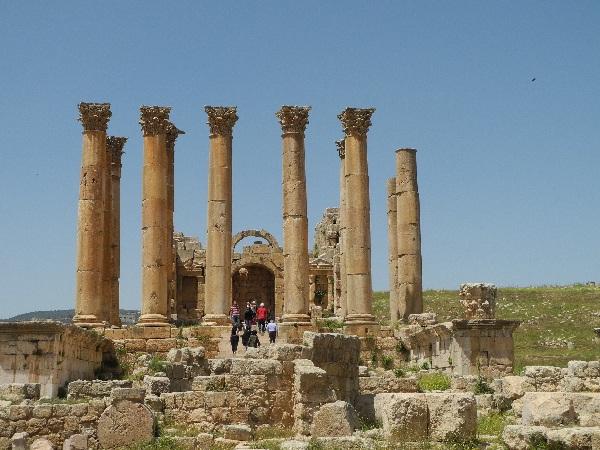 00Jerash, unversehrte Säulen des Artemis-Tempels