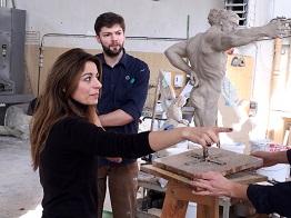 """Amra BERGMANN mit dem Modell des """"Tosca-Engels"""""""