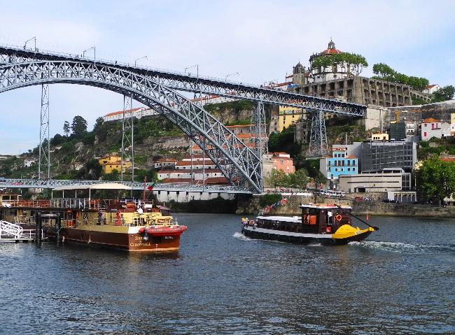 Ausflugs- und Fischerboote auf dem Douro