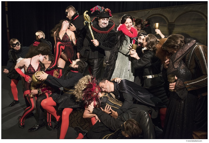 Rigoletto und die Ceprano mitten im Trubel (Paolo Rumetz und Elisabeth Pratscher