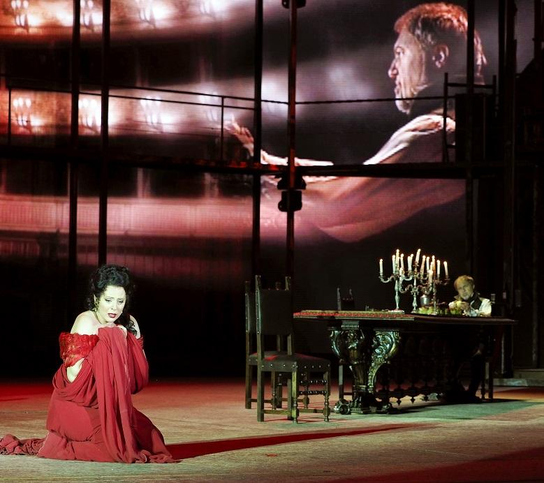 """Martina SERAFIN beim """"Vissi d´arte"""", rechts der Scarpia von Davide Damiano mit der typischen Hintergrundprojektion"""
