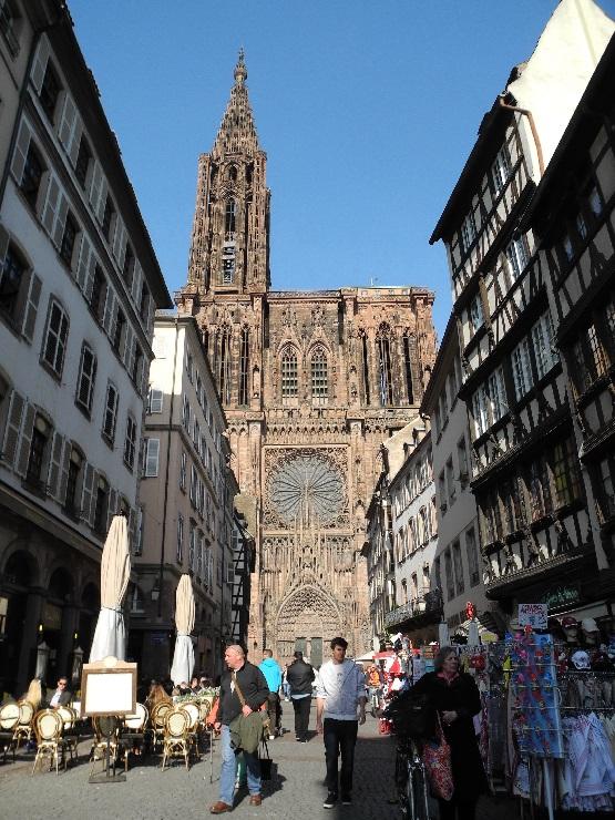 Blick durch eine Gasse aufs Straßburger Münster