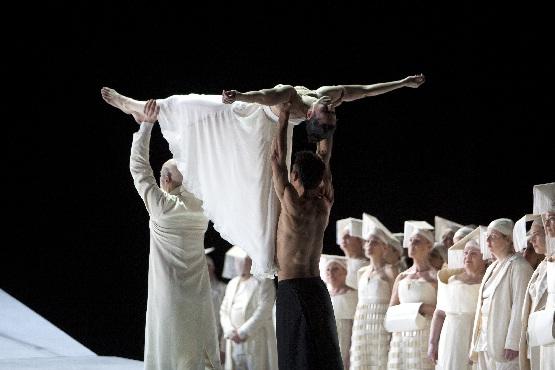 Roméo und Juliette, Tragen der angeblich Toten, Foto Bernd Uhlig