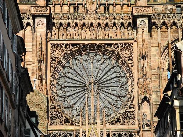 Westfassade, die große Rosette