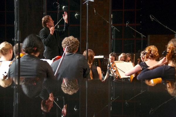 Kristjan Järvi beim Eröffnungskonzert, Foto Geert Maciejewski