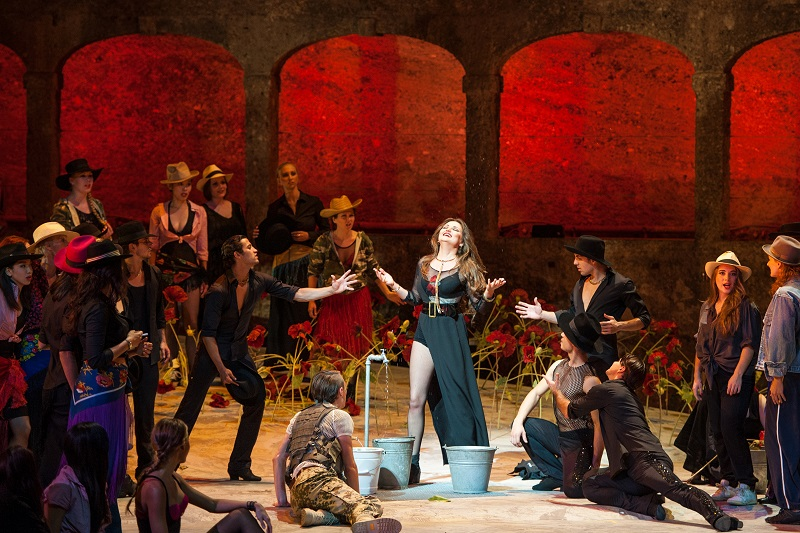 Oksana Volkova als Carmen mit verführerischem Schenkel