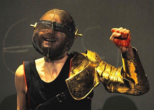 Hamletmaschine Hamlet mit Rüstung