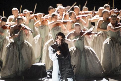 Les Contes d'Hoffmann, Bösewicht Dimitry Ivashchenko und  Ensemble, Foto Monika Rittershaus