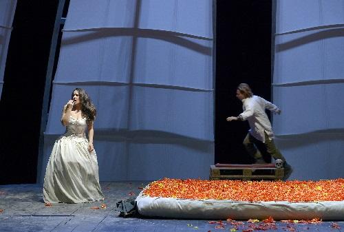 Nino Machaidze als Ines, Roberto Alagna als Vasco da Gama, Foto Betina Stoess