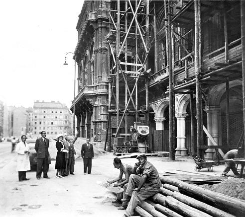 Baustellenbesuch durch Maria JERITZA, links von ihr ist Karl FRIEDRICH zu erkennen