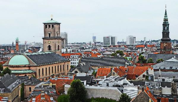 Dom (links), Petri Kirche (rechts)