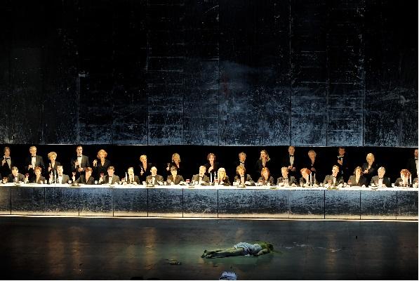 Faust, Tatiana Lisnic als tote Maguerite vor den Osterfest Feiernden copyright Monika Rittershaus