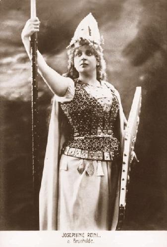 Josefine REINL als Brünnhilde