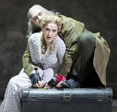 Zelinka als Wurm mit Sophia Brommer als Luisa
