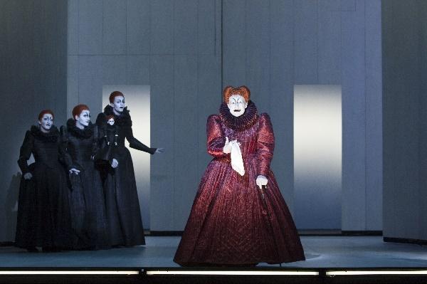 BE, Christopher Nell (Lady), Dejan Bućin (Lady), Sabin Tambrea (Lady), Jürgen Holtz (Elisabeth I)© Lesley Leslie-Spinks