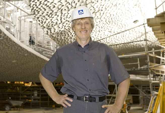 Projektleiter Werner Kuhn, der Große Saal in der Bauphase, Foto von Hochtief