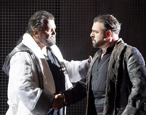Kristian Benedikt, der Otello der Serie mit seinem Gegenspieler Carlos Alvarez  Foto: M.Pöhn