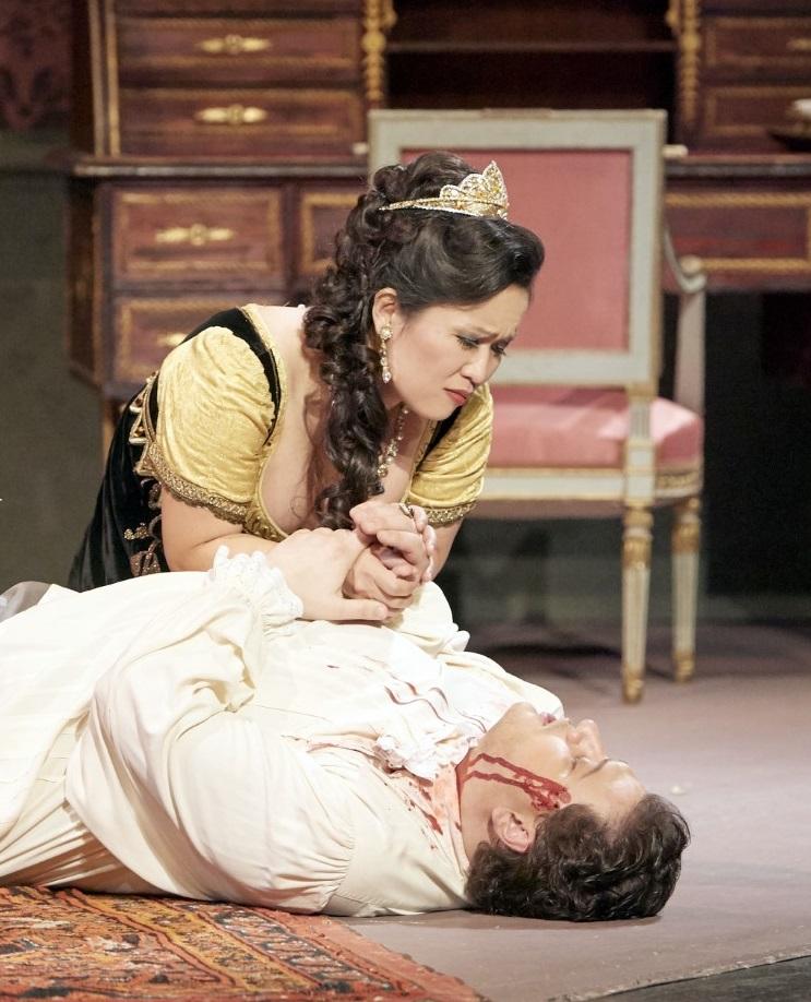 Sae Kyung RIM als besorgte Tosca mit Aleksandrs ANTONENKO als Cavaradossi: Die Folter ist bis heute nicht im italienischen Strafgesetz abgeschaft!!!