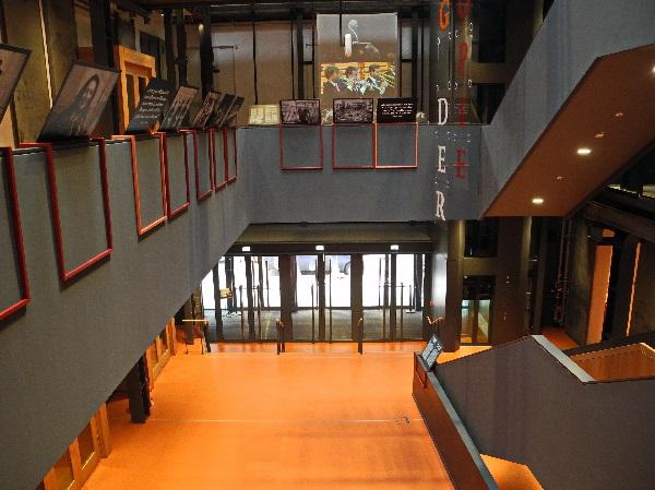 Barenboim-Said-Akademie, Eingangshalle, Blick zu den Türen, b