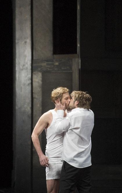 Edward II, Michael Nagy (Edward II) küsst LadislavElgr (Gaveston), Foto Monika Rittershaus