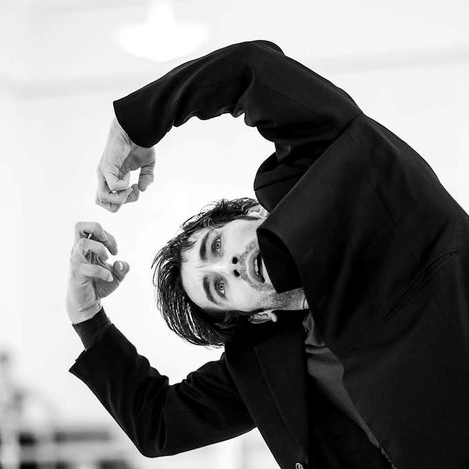 John Neumeiers 'Le Pavillon d'Armide': Mihail Sosnovschi als Der Mann (Vaslaw Nijinsky) in den Proben mit Janusz Mazon, Alexandre Riabko und Victor Huges vom Hamburg Ballett © Wiener Staatsballett/Ashley Taylor