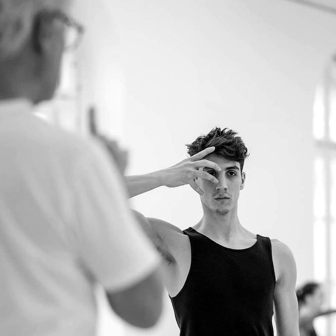 John Neumeiers 'Le Sacre': Victor Hughes vom Hamburg Ballett probt mit Francesco Costa © Wiener Staatsballett/Ashley Taylor