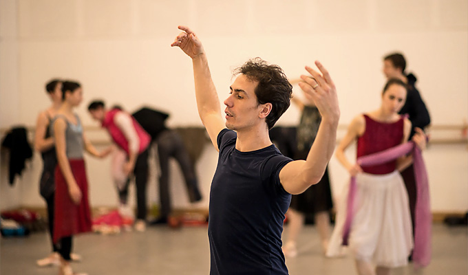 Alexandre Riabko vom Hamburg Ballett bei der Einstudierung von John Neumeiers 'Le Pavillon d'Armide' © Wiener Staatsballett/Ashley Taylor