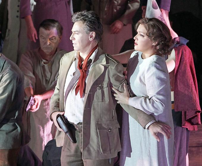 'Il trovatore', 2. Akt: Anna Netrebko (Leonora) und Roberto Alagna (Manrico) im Kloster © Wiener Staatsoper/Michael Pöhn