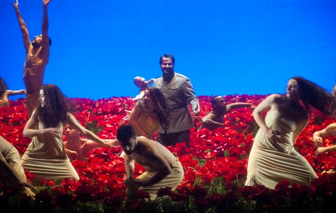 IGOR- Abdrazakov im Mohnfeld mit 34 Tänzern
