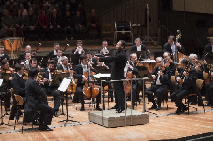 Kirill Petrenko dirigiert die Berliner Philharmoniker, Foto Monika Rittershaus