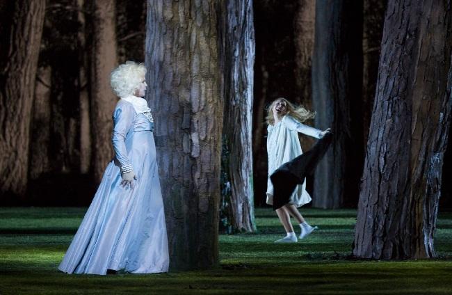 Aida Garifullina (Schneeflöckchen) und Elena Manistina (Frau Frühling) im einzigen Bild, wo uns der Regisseur etwas Märchenzauber gönnte