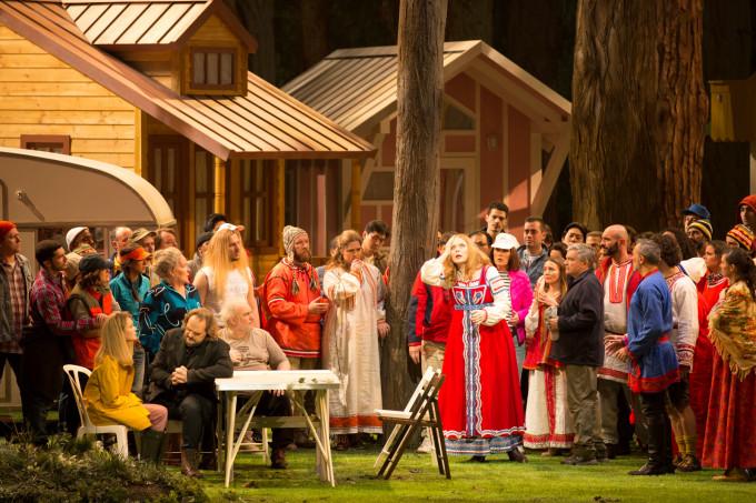 Von links nach rechts : Aida Garifullina als Schneeflöckchen (mit gelben Mantel), Thomas Johannes Mayer als Mizguir (in schwarz), Yuriy Mynenko als Lel (mit T-Shirt und blonder Perücke), Martina Serafin als Koupova (in der Mitte mit rotem Kleid)
