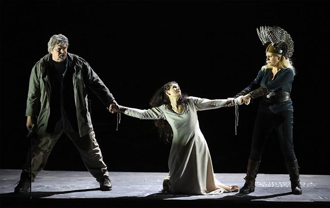 'Die Walküre', 2. Aufzug: Peter Seiffert (Siegmund), Anja Harteros (Sieglinde) und Anja Kampe (Brünnhilde) © Osterfestspiele Salzburg/Forster