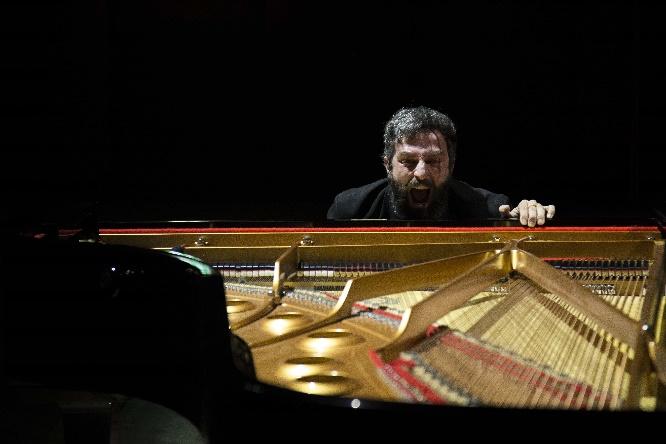 Εναλλακτική ΕΛΣ - Ο πιανίστας - Άρης Σερβετάλης - φωτό Maria Lumibao Hernandez