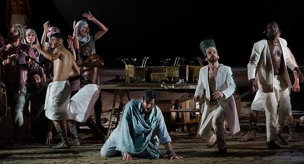Die Sonnenfinsternis. Links knieend Goran Juric, rechts der Pharao Andrew Foster-Williams  Fotocopyright Karl Forster/Festspiele