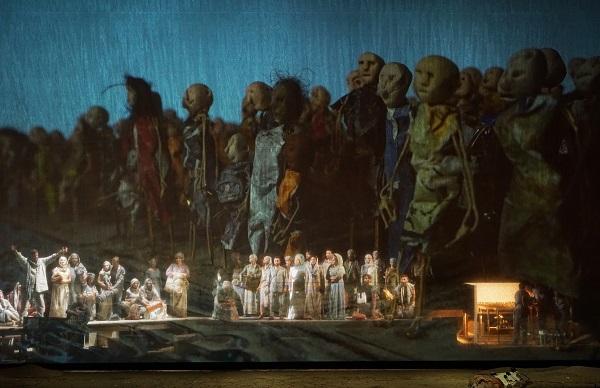 Die Durchschreitung des geteilten Roten Meeres. Im Vordergrund die Bühnenbewegungen, im Hintergrund die Puppen, abgefilmt. Fotocopyright Karl Forster/Festspiele