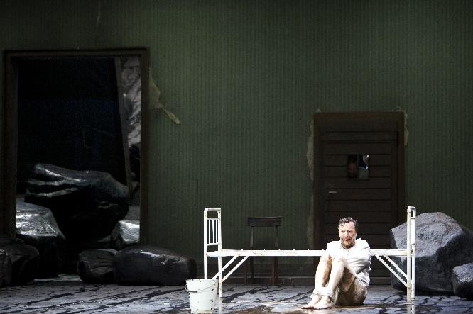 Georg Nigl  als Jakob Lenz in der Psychiatrie, Foto Bernd Uhlig