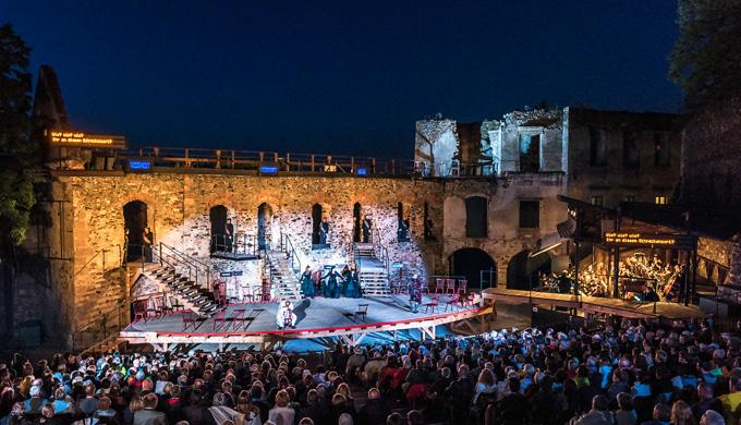Sommerliches Opernvergnügen in malerischem Ambiente: Mozarts »Die Zauberflöte« in Aufführungen der Oper Burg Gars © Reinhard Podolsky