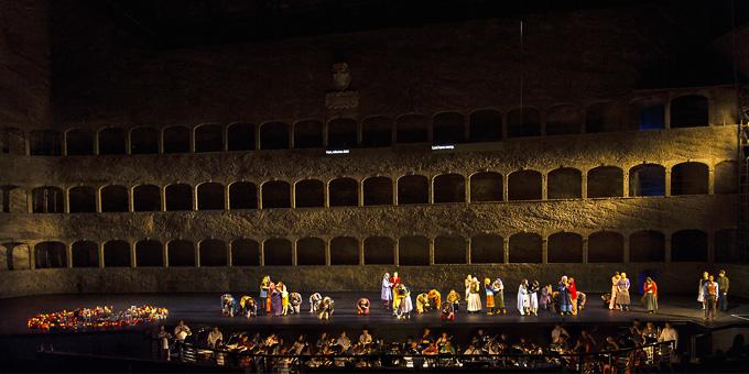'La clemenza di Tito', 2. Akt: Servilia (Christina Gansch) und der MusicAeterna Choir in einem Ausschnitt der Messe in c-moll, K 477. © Salzburger Festspiele/Ruth Walz