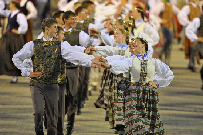 1Lettland, Gesangs- und Tanz-Festival, tanzende Paare, Foto Latvian National Centre for Culture