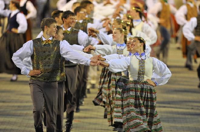 1Lettland, Gesangs- und Tanz-Festival, tanzende Paare, Foto Latvian National Centre for Culture