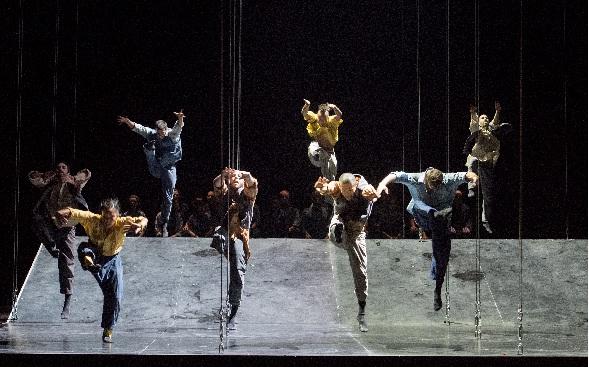 Satyagraha, Tänzer von Eastman, Foto Monika Rittershaus