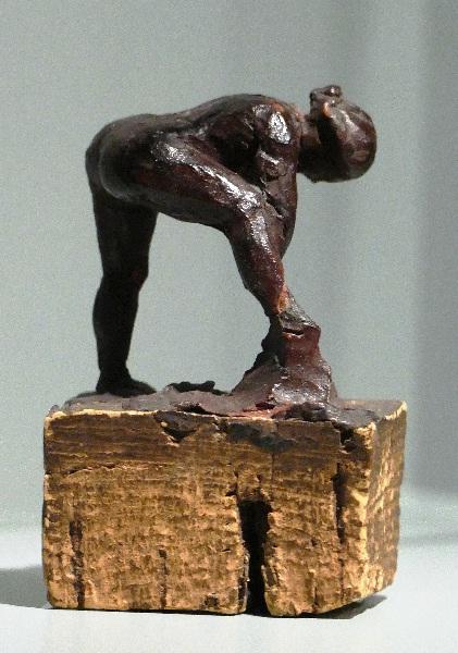 Eine winzige aus einem Korken geschnitzte Badende von Edgar Degas Foto Andrea Matzker P3720654